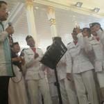 Gubernur DIY Sri Sultan Hamengkubuwono X menyanyi bersama anggota Paskibra dalam ramah tamah anggota Paskibra DIY, di Kepatihan, Kamis (18/8/2016). (Sunartono/JIBI/Harian Jogja)