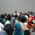 Suasana riuh di Gelanggang Pemuda Bung Karno saat ratusan PKL Sunday Market memprotes keputusan pejabat DPP dan UPTD Sarana dan Prasarana Olahraga Disdikpora menghentikan proses daftar ulang, Kamis (25/8/2016) sore. Pemkot terpaksa menyetop proses pendafraran ulang karena kuota lapak sudah penuh. (Irawan Sapto Adhi/JIBI/Solopos)