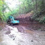 Sebuah alat berat mengeruk Sungai Sombo yang akan dibendung menjadi bangunan air tawar, Jumat (12/8). Pembangunan DAM dan kolam air tawar merupakan persiapan proyek kebun raya di Indrokilo, Kemiri, Mojosongo. (Hijriyah Al Wakhidah/JIBI/Solopos)