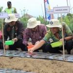 Gubernur Jawa Tengah, Ganjar Pranowo,(tiga dari kanan), didampingi Kepala Departemen Regional II (Jawa) Bank Indonesia (BI), Dwi Pranoto, (tengah), dan Kepala BI Kantor Perwakilan Wilayah V Jateng-DIY, Iskandar Simorangkir, (kanan), menanam bibit bawang putih pada lahan yang telah disediakan di Lawu Resort Camping Ground Tawangmangu, Rabu (24/8/2016). (Sri Sumi Handayani/JIBI/Solopos)