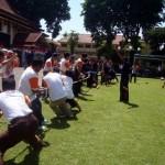 Tim perwakilan dua SKPD beradu kekuatan lewat lomba tarik tambang di halaman Setda Sragen, Selasa (23/8/2016). Lomba tersebut menjadi rangkaian perayaan Hari Kemerdekaan ke-71.(Tri Rahayu/JIBI/Solopos)