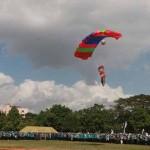 Keren! Ini Foto-foto Aksi terjun Payung Menyambut Mahasiswa Baru di UGM