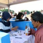 Raharjo ketika menukarkan koin di booth Koin Kita dalam acara yang digelar Bank Indonesia di Alun-Alun Utara, Jogja, Minggu (21/8/2016). (Kusnul Isti Qomah/JIBI/Harian Jogja)