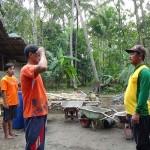 Warga Dusun Dukuh, Bumirejo, Lendah mengadakan upacara bendera di sela-sela kerja bakti, Rabu (17/8/2016). (Harian Jogja/ Sekar Langit Nariswari)