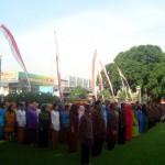 Ratusan PNS di lingkungan Pemkab Sragen mengenakan pakaian adat Jawa dan lurik khas sragenan saat mengikuti upacara bendera untuk peringatan Hari Jadi Provinsi Jateng di halaman Setda Sragen, Senin (22/8/2016). (Tri Rahayu/JIBI/Solopos)