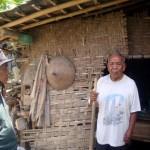 Ketua RT 013, Sukadi, 67, (kiri) berbincang dengan Karti Pawiro Kasiman, 90, di depan biliknya yang terletak di Dukuh Ngelo RT 013, Desa Glonggong, Kecamatan Gondang, Sragen, Rabu (24/8/2016). (Tri Rahayu/JIBI/Solopos)