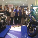 Koordinator Marketing Area Direct Distribution System 3 (Jogja, Kedu, Purwokerto) PT Yamaha Indonesia Motor Manufacture (YIMM), Ronald Djapari (enam kanan) dan para mitra Yamaha berfoto bersama di booth Yamaha di Ambarukmo Plaza, Sabtu (20/8/2016). (Istimewa)