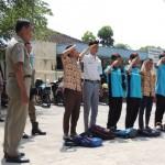 Anggota Satpol PP Kabupaten Karanganyar menghukum tujuh pelajar yang tertangkap sedang membolos sekolah dan merokok di salah satu toko di Desa Wonolopo, Tasikmadu, Kamis (1/9/2016). (JIBI/Istimewa)