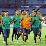 Timnas Indonesia melakukan latihan di stadion Manahan, Solo, Senin (5/9) malam. Timnas Indonesia akan melakukan laga uji coba melawan Malaysia pada Selasa (6/9) malam di stadion Manahan. (JIBI/SOLOPOS/ Sunaryo Haryo Bayu)
