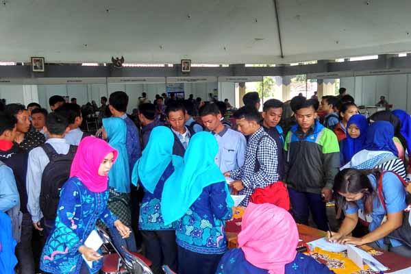 Para pencari kerja memadati Jobfair Kulonprogo 2016 di SMK Negeri 2 Pengasih, Kulonprogo, Jumat (16/9/2016). (Rima Sekarani I.N./JIBI/Harian Jogja)