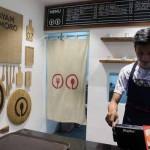 Salah satu pengelola tenant sate ayam kampung Podomoro di Foodiest Aan Syarif ketika menggesek kartu untuk pembayaran di food court Foodiest, Demangan, Jogja, Minggu (25/9/2016) malam.(Kusnul Isti Qomah/JIBI/Harian Jogja)