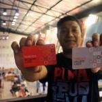 Operational Manager Foodiest Toto Aryanto menunjukkan contoh payment card untuk member dan reguler di food court Foodiest, Demangan, Jogja, Minggu (25/9/2016) malam. (Kusnul Isti Qomah/JIBI/Harian Jogja)