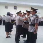 Kapolda DIY Brigjen Pol Prasta Wahyu Hidayat saat memasangkan tanda jabatan pada pejabat baru yang bertugas di lingkungan Polda DIY dalam upacara sertijab di gedung serbaguna Polda DIY, Senin (26/9/2016).(Yudho Priambodo/JIBI/Harian Jogja)