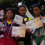 Atlet sepatu roda  Jateng, Denta Iswara Kiranasari (kiri) meraih medali perak nomor 500 meter ITT, emas diraih Devina,  Jabar (tengah), dan Aradhana Wikanesti dari DIY medali perungggu pada penyerahan medali di GOR Saparua, Bandung, Kamis (22/9). (Insetyonoto/JIBI/Solopos)