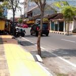Pedagang kaki lima membuka usahanya di ruas Jl. Rajawali, Jumat (23/9/2016) siang. Satpol PP melayangkan surat peringatan bagi pedagang kaki lima yang memanfaatkan trotoar untuk berjualan di tiga ruas jalan. (Taufiq Sidik Prakoso/JIBI/Solopos)