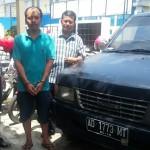 Tersangka dugaan penggelapan mobil, Irvani, warga Kecamatan Polokarto, Kabupaten Sukoharjo (tengah) ditanyai anggota reskrim disamping mobil yang digelapkan di Polsek Sukoharjo Kota, Senin (26/9/2016). (Trianto Hery Suryono/JIBI/Solopos)