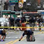 Petugas Federal Bureau of Investigation (FBI) menyisir lokasi ledakan bom di Chelseam New York, Amerika Serikat, Senin (19/9/2016). (JIBI/Reuters/Rashid Umar Abbasi)