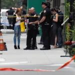 Seorang warga diperiksa identitasnya oleh aparat yang menyisir TKP bom Chelsea, Manhattan, New York, Amerika Serikat, Minggu (19/9/2016) waktu setempat. (JIBI/Reuters/Rashid Umar Abbasi)