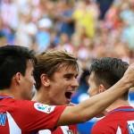 Para pemain Atletico Madrid, Antoine Griezmann (Tengah), Nico Gaitan (Kiri) and Kevin Gameiro (Kanan) merayakan gol. (REUTERS/Andrea Comas)
