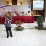 Direktur Keuangan Perum LPPNPI atau AirNav Indonesia, Triyana (berdiri, pegang mik) memberikan kuliah singkat di hadapan 100-an siswa SMKN 1 Karanganyar, Jumat (16/9/2016). (Kurniawan/JIBI/Solopos)