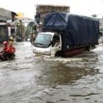 Sejumlah kendaraan melintasi genangan air yang membanjiri Jl. Kaligawe, Kota Semarang, Jateng, Rabu (28/9/2016). (JIBI/Solopos/Antara/R. Rekotomo)