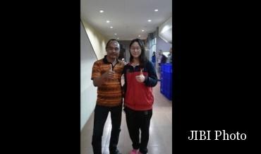 Istimewa Felicia Angelica (kanan) bersama Pelatih dan Manajer Kontingan Renang Jateng, Devi Rachyuanto, seusai prosesi penyerahan medali di PON XIX Jawa Barat, Jumat (16/9/2016). (JIBI/Semarangpos.com/Istimewa)