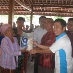 Ketua Panitia HUT ke-19 Solopos, Ivan Indra Kesuma (kanan) menyerahkan beras secara simbolis kepada salah seorang penerima di Balaidesa Sanggang, Kecamatan Bulu, Kabupaten Sukoharjo, Rabu (14/9/2016). (Trianto Hery Suryono/JIBI/Solopos)