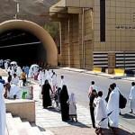 Jemaah berjalan menyusuri terowongan Malik Fahd menuju Arafah (Kemenag.go.id)