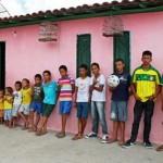 Irineu Cruz dan keluarga besarnya (The Sun)