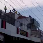 Evakuasi jukir Kartasura yang tewas tersetrum listrik, Senin (19/9/2016). (Facebook)