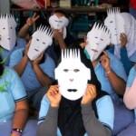 Warga binaan LP Wanita Bulu memperlihatkan hasil karya kirigami seusai mengikuti pelatihan seni melipat dan memotong kertas itu, Selasa (27/9/2016). (JIBI/Solopos/Antara/Harviyan Perdana Putra)