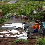 Sebuah mobil milik warga mengalami kerusakan akibat tertimpa longsor dari talut di Kelurahan Beringin, Ngaliyan, Semarang, Rabu (28/9/2016). Ambrolnya talut itu terjadi menyusul hujan deras yang mengguyur Semarang sejak Selasa (27/9/2016) malam. (Istimewa/Humas Basarnas Kantor SAR Semarang).