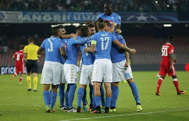 Napoli merayakan gol ke gawang Benfica. (REUTERS / Ciro De Luca)