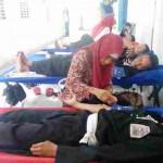 Sejumlah warga PSHT Ranting Tanon mengikuti kegiatan donor darah di halaman Kantor PD BPR Djoko Tingkir Cabang Tanon, Minggu (25/9/2016). (Moh. Khodiq Duhri/JIBI/Solopos)