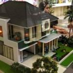 Penjaga stan menjelaskan tentang model dan harga rumah kepada calon pembeli pada pameran perumahan Real Estate Indonesia (REI), di Semarang, Rabu (7/9/2016). (JIBI/Solopos/Antara/R. Rekotomo)