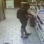 Pencuri di supermarket tertangkap kamera CCTV sebelum BAB (Mirror.co.uk)