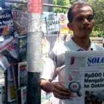 Maryono, 53, warga Dusun Delok, Desa Botok, Kecamatan Kerjo, Karanganyar, berjualan koran selama 17 tahun di pinggiran Jl. Veteran Sragen. Foto diambil, Jumat (16/9/2016). (Moh. Khodiq Duhri/JIBI/Solopos)