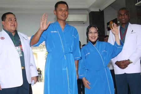 Pasangan Cagub dan Cawagub DKI Jakarta Agus Harimurti Yudhoyono (kedua kiri) dan Sylviana (kedua kanan) melambaikan tangan saat akan menjalani tes kesehatan di RSAL Mintohardjo, Jakarta, Sabtu (24/9/2016). (JIBI/Solopos/Antara/Anny)
