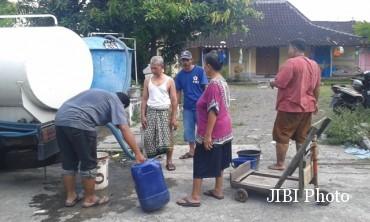 Warga Kampung Losari mengantre mendapatkan air bersih dari PDAM Solo di wilayah mereka, Minggu (4/9/2016) sore. (Irawan Sapto Adhi/JIBI/solopos)