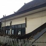 Kondisi atap bangunan kantor Bagian Humas Pemkab Ponorogo yang ambrol setelah diguyur hujan, Senin (26/9/2016). (Abdul Jalil/JIBI/Madiunpos.com)