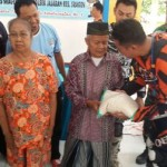 Kapolres Sragen AKBP Cahyo Widiarso membagikan sembako kepada warga kurang mampu di Balai Desa Slogo, Tanon, Sabtu (17/9/2016). (Istimewa)