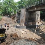 Pekerja mengerjakan proyek Jembatan Bugel di perbatasan Banyudono-Sambi, Senin (20/9/2016). Proyek jembatan itu sempat terhenti tiga hingga empat hari lantaran curah hujan tinggi. (Hijriyah Al Wakhidah/JIBI/Solopos)