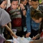 Sejumlah pencari kerja menyerahkan berkas lamaran pekerjaan saat digelar bursa kerja di Semarang, Jateng, Selasa (27/9/2016). (JIBI/Solopos/Antara/R. Rekotomo)