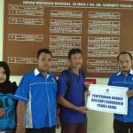 Bendahara Umum DPD KNPI Sukoharjo, Eko Pujiatmoko (kanan) dan Sekretaris Umum DPD KNPI Sukoharjo, Edy Budiyono (dua dari kiri) menyerahkan donasi yang dihimpun KNPI kepada Suharno, ayahnda Fandi di RS Dr Sardjito, Yogyakarta, Selasa (20/9/2016) malam. (Trianto Hery Suryono/JIBI/Solopos)
