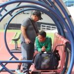 Penggawa Timnas Indonesia, Evan Dimas, mendapat perawatan dari tim medis setelah mengalami cedera otot di sela latihan rutin dalam training center di Stadion Manahan, Solo, Sabtu (24/9) pagi. (JIBI/Solopos/Farida Trisnaningtyas)