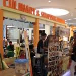 Pengunjung membeli jajanan yang ditawarkan salah satu stan dalam Culinary & Shopping Festival Solo Paragon Lifestyle Mall, Rabu (28/9/2016). (Shoqib Angriawan/JIBI/Solopos)