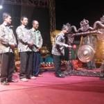 Wakil Bupati Gunungkidul, Immawan Wahyudi saat memukul gong sebagai simbolisasi bahwa FKY 28 di Gunungkidul ditutup, Rabu (7/9/2016). (Mayang Nova Lestari/JIBI/Harian Jogja)