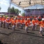 Siswi SMPN 1 Gondangrejo, Karanganyar, unjuk kebolehan dalam acara Gebyar Seni Pasar Kumandang Grebeg Lawu 2016 di tanah lapang Desa Dayu, Gondangrejo, Sabtu (17/9). (Kurniawan/JIBI/Solopos)