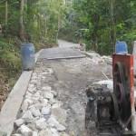 Marsudi menunjukkan proyek perbaikan jalan di Dusun Nogosari II, Desa Wukirsari, Kecamatan Imogiri, Bantul yang sempat terhambat akibat material proyek kurang, Rabu (14/9/2016). (Irwan A. Syambudi/JIBI/Harian Jogja)