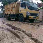 Pengendara motor dan pengemudi truk melintasi jalan Tangen-Gesi, tepatnya di Dusun Sapen, Desa Tanggan, Gesi, Sragen, yang sudah berubah layaknya medan offroad, Rabu (21/9/2016). (Moh. Khodiq Duhri/JIBI/Solopos)